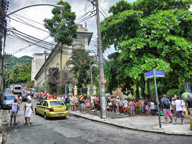 A Ridiculously Long Queue for the Corcovado Minibus