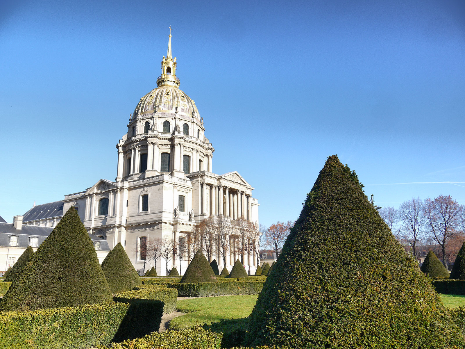 Les Invalides: Exploring the Beautiful Gardens - Paris, France